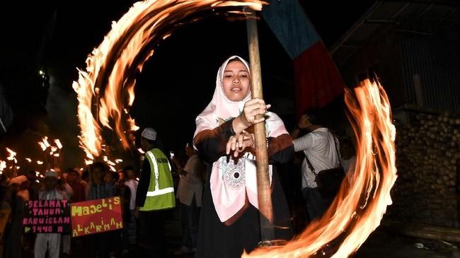 Umat muslim mengikuti pawai obor menyambut Tahun Baru Islam 1 Muharram 1440 Hijriah di kawasan Manggarai, Jakarta Selatan, Senin (10/9) malam. (Antara/Sigid Kurniawan).