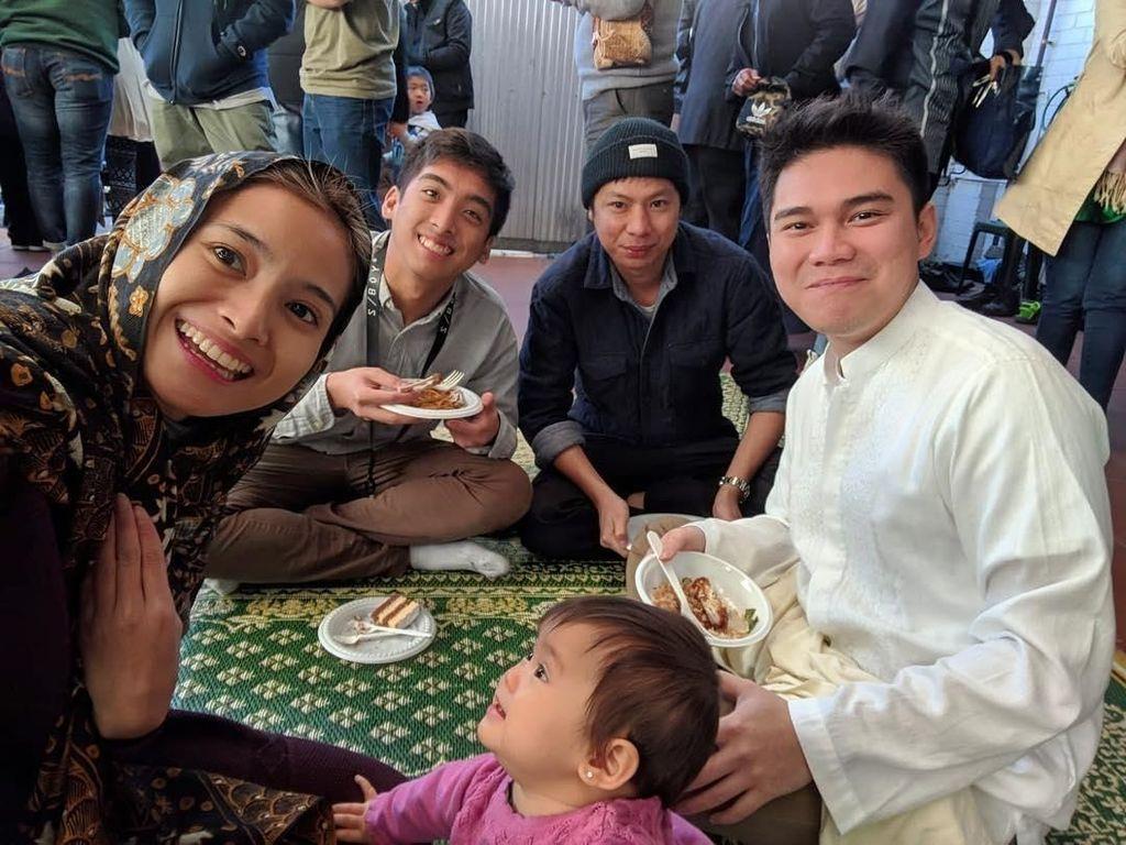 Meski tinggal di Australia, tapi Vicky dan Acha tetap merayakan hari lebaran bersama teman dan kerabat dari Indonesia. Foto: Instagram @vickykharisma