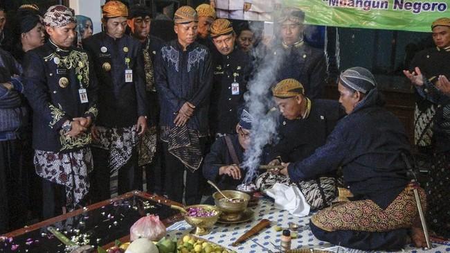 Ritual membersihkan ujung Tombak Abirawa saat mengikuti tradisi Jamasan Pusaka di Kabupaten Batang, Jawa Tengah, Senin (10/9) malam. Tombak Abirawa yang dikenal sebagai simbol Pusaka Abirawa tersebut dilakukan penjamasan setiap datangnya Tahun Baru Islam 1 Muharram atau 1 Suro sebagai wujud