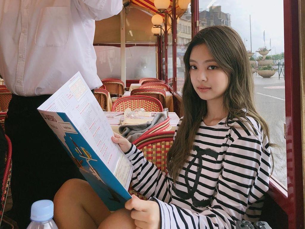 Unforgettable moments, tulis wanita yang menguasai tiga bahasa itu saat berada di sebuah restoran sambil memegang buku menu. Jennie sendiri fasih menggunakan bahasa Korea, Jepang, dan Inggris. Foto: Instagram @jennierubyjane