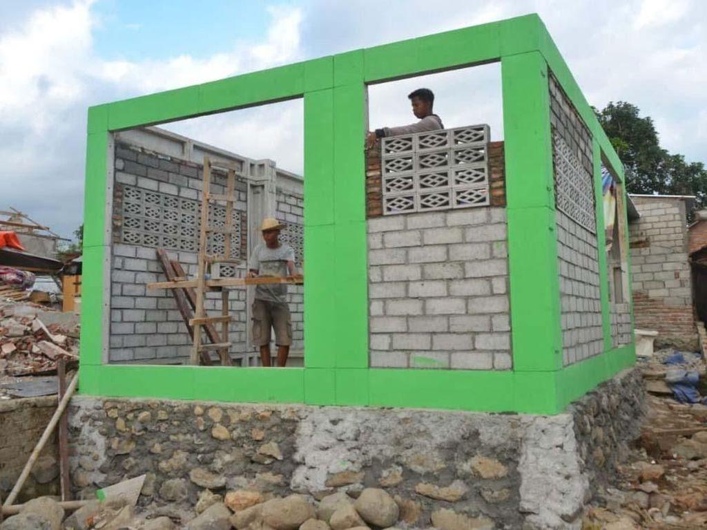 Proses pembangunan rumah tahan gempa di Lombok. Rumah tahan gempa bisa dibangun dengan teknologi RISHA (Rumah Instan Sederhana Sehat), namun bisa teknologi lainnya. Pool/Kementerian PUPR.