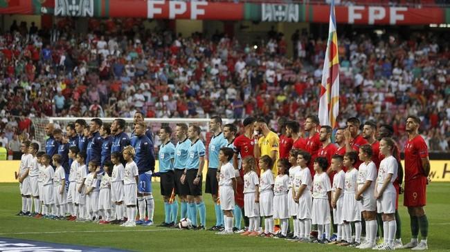 Para pemain berbaris jelang kick-off laga Liga A Grup 3 UEFA Nations League antara timnas Portugal melawan Italia.(REUTERS/Rafael Marchante)