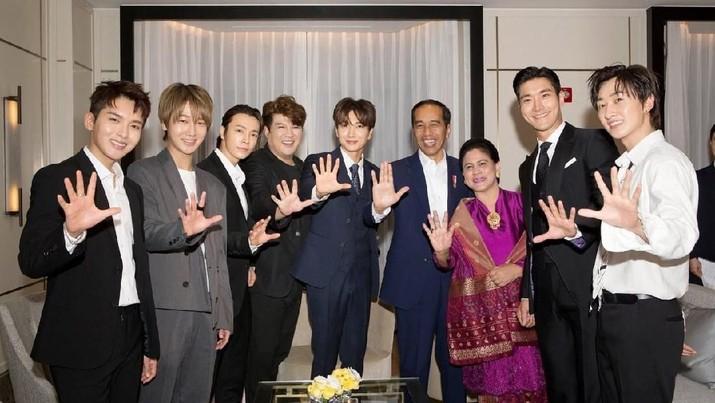 Jokowi bertemu dengan Super Junior dan goyang dayung bersama mereka