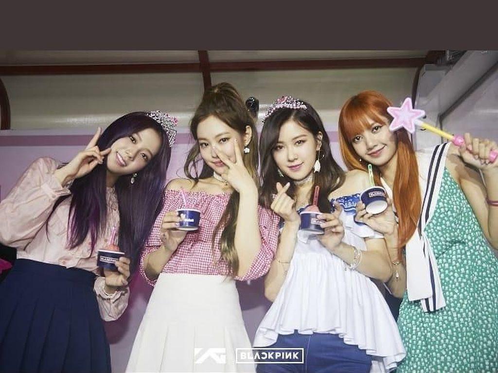 Duh, ternyata seluruh anggota Blackpink suka makan es krim. Mereka terlihat berpose sambil memegang es krim cup. Foto: Istimewa