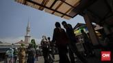 Masjid dan umat adalah satu kesatuan religi yang tak dapat dipisahkan. Masjid dihidupkan jamaah. Pun, jamaah merasa hidup bersama masjid. (CNN Indonesia/Adhi Wicaksono)