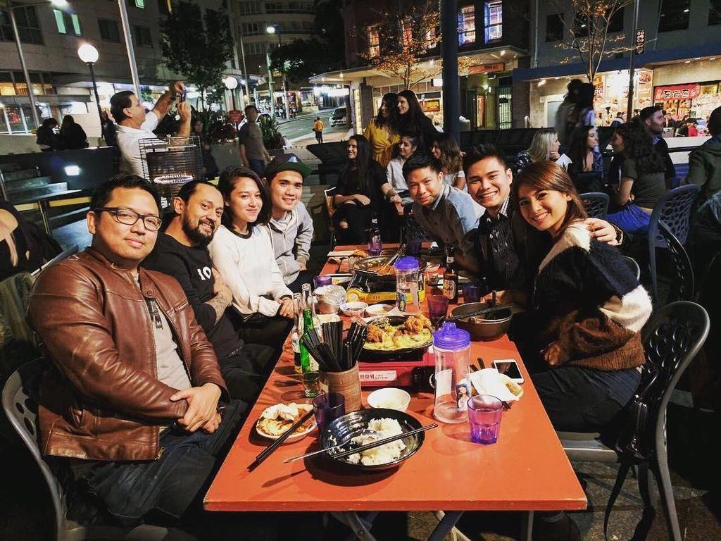 Ditemani Acha, dan teman-teman lainnya makan malam di pinggir jalan dengan hidangan khas Korea jadi pilihan Vicky untuk menghabiskan waktu luang. Foto: Instagram @vickykharisma