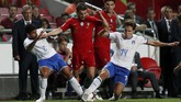Bernardo Silva diapit Emerson Palmieri dan Federico Chiesa. Ia menjadi pemecah kebuntuan Portugal yang tampil melawan Italia tanpa Cristiano Ronaldo. (REUTERS/Rafael Marchante)