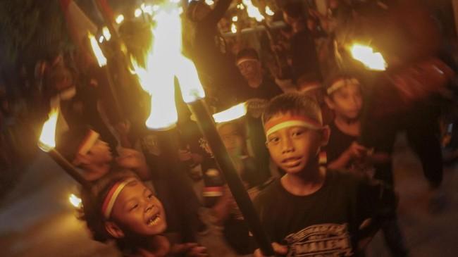 Pawai 1.000 obor juga dirayakan di Pekalongan, Jawa Tengah, Senin (10/9) malam. (Antara/Harviyan Perdana Putra)