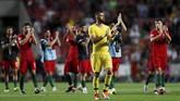 Para pemain Portugal memberi penghormatan kepada para pendukung mereka setelah mengalahkan Italia 1-0 di Stadion Da Luz. Italia belum meraih kemenangan dalam dua laga di UEFA Nations League sejauh ini. (REUTERS/Rafael Marchante)
