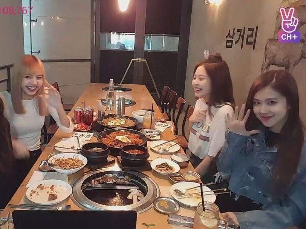 Begini keseruan Jennie dengan tiga anggota Blackpink lain saat makan beragam sajian khas Korea Selatan. Mereka terlihat sedang melakukan siaran langsung di V-Live. Foto: Istimewa Foto: Instagram @jennierubyjane