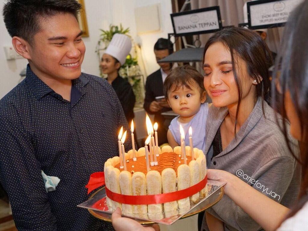 Rayakan ulang tahu sang istri, Vicky berikan kejutan manis dengan kue kesukaan Acha lengkap dengan lilin di atasnya. Foto: Instagram