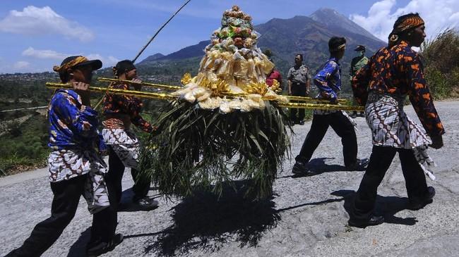 Warga membawa gunungan saat Kirab Kerbau Suro Merbabu Merapi. Kirab juga dipercaya sebagai perlindungan agar terbebas dari segala penyakit dan bencana. (Antara/Aloysius Jarot Nugroho)