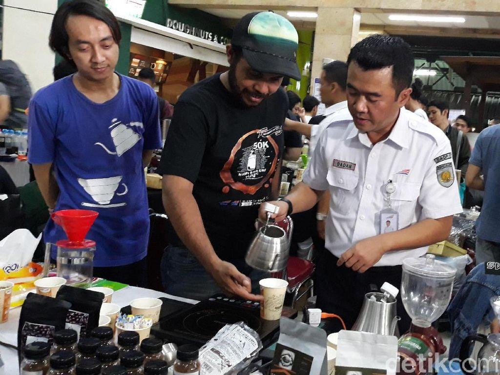Acara bagi-bagi kopi gratisan ini digelar 12 kota di 13 stasiun dan 36 perjalanan kereta api secara serentakpada 10-11 September 2018.Acara ini dibuka oleh Executive Vice President Daop 1 Jakarta R. Dadan Rudiyansyah. Foto: Danang Sugianto/detikFinance