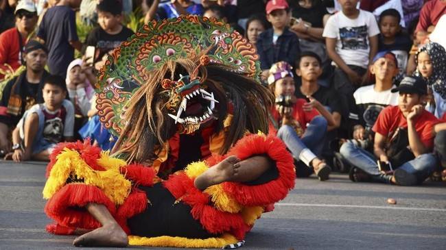 Parade budaya di Ponorogo ini diikuti ribuan perserta. (Antara/Siswowidodo)