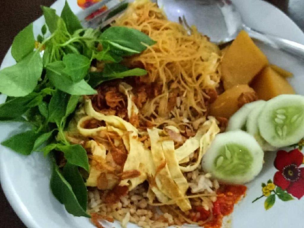 Lauk nasi ulam yang wajiba adalah semur kentang, dadar telur, bihun atau suun, mentimun dan kemangi. Nyam! Foto: Instagram @hoattasitia