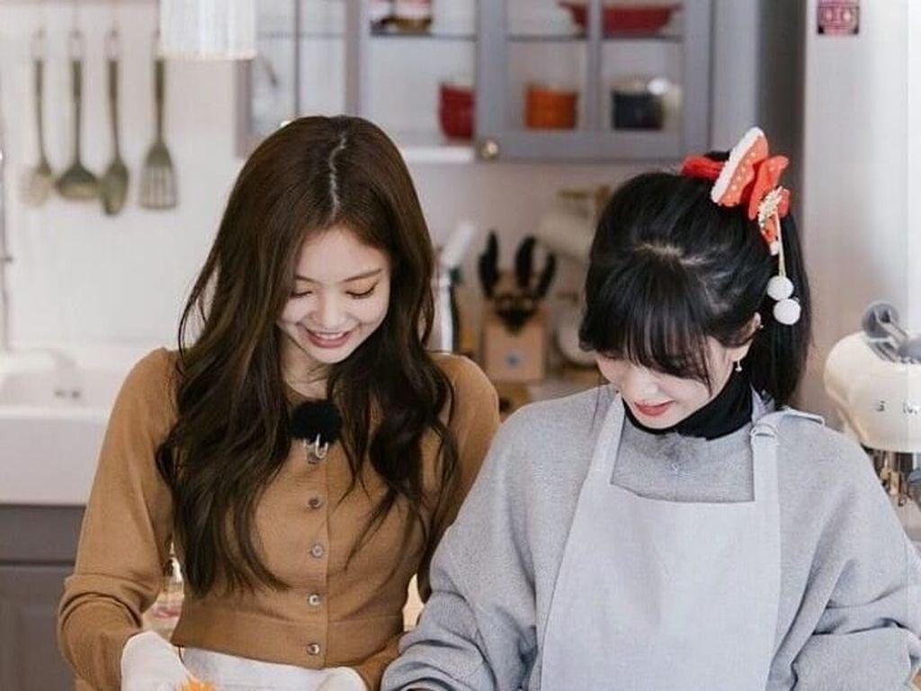 Begini gaya Jennie saat masak bersama salah satu anggota Blackpink lain. Ya, si cantik Jiso! Jennie terlihat mengambil potongan wortel yang ada di dalam mangkuk yang ia pegang. Kira kira mereka mau masak apa, ya? Foto: Istimewa