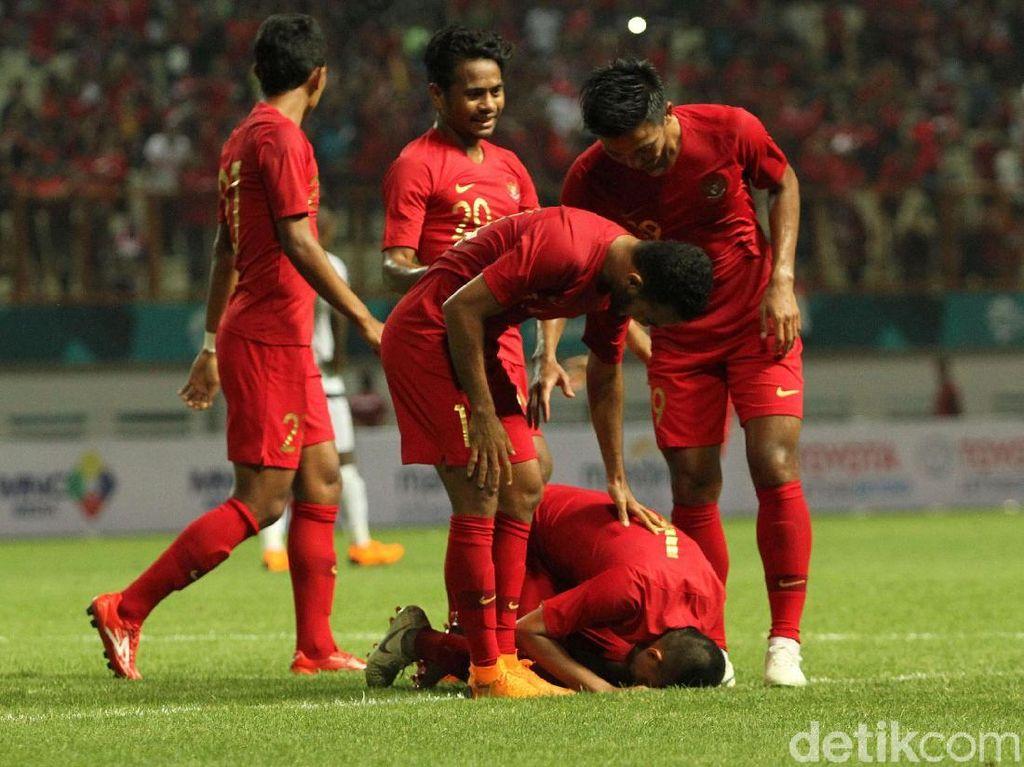Evan Dimas merayakan golnya.