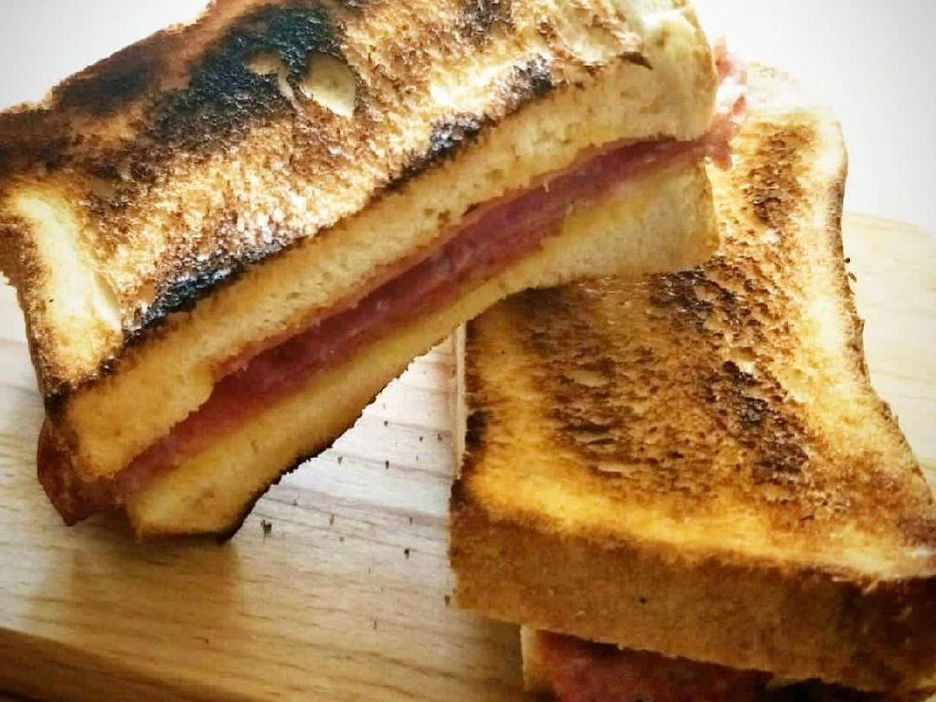 Meski sedikit gosong, roti panggang ini renyah gurih. karena diisi smoked beef dan keju. Krenyes! Foto: Instagram @kendall_gunawan