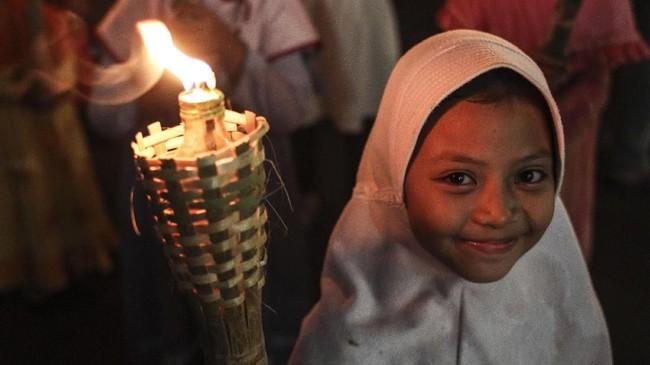 Di berbagai wilayah di Indonesia, banyak yang juga melakukan perayaan dengan pawai obor guna menyambut pergantian Tahun Baru Islam 1 Muharram 1440 Hijriah. (Antara/Dhemas Reviyanto)