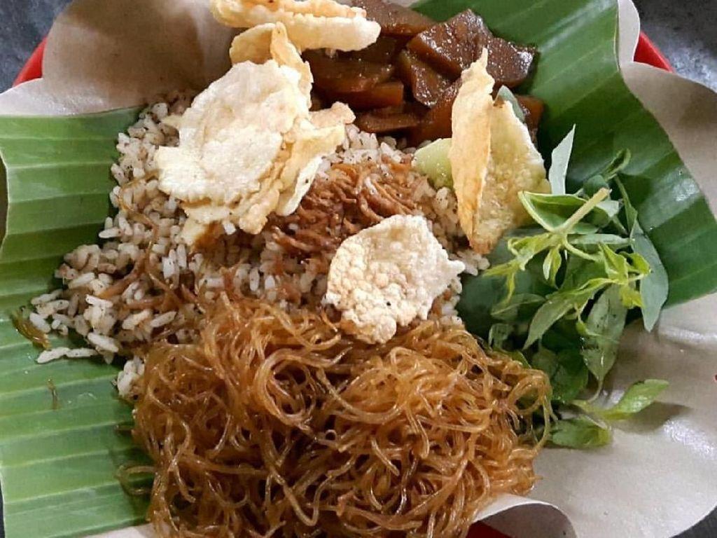 Nasi ulam versi yang diaduk bumbu kacang dan serundeng ini dari Jl. Gajah Mada Jakarta. Lauknya suun goreng dan semur kentang plus kerupuk. Nyam! Foto: Instagram @maria_tjang