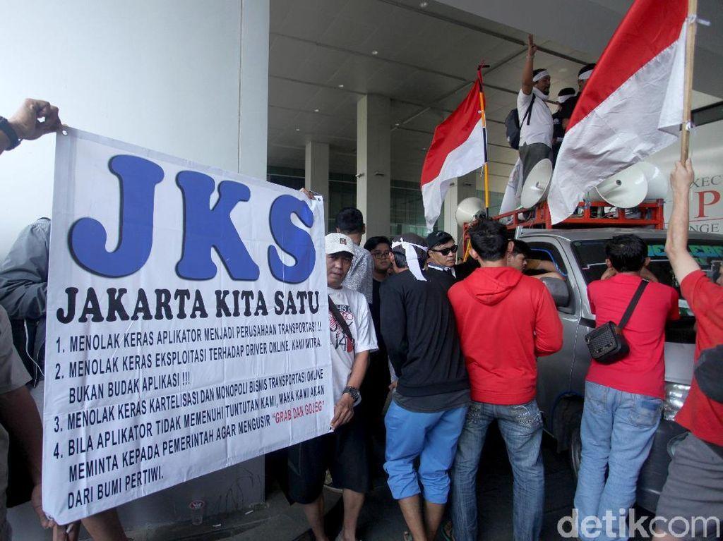 Massa driver online melakukan aksi unjuk rasa di depan kantor Go-Jek di Blok M, Jakarta Selatan, Rabu (12/9/2018).