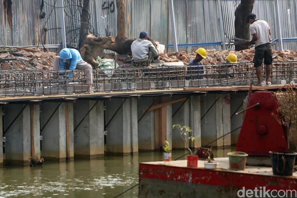 Melihat Proses Pengerjaan Revitalisasi Sungai Ciliwung