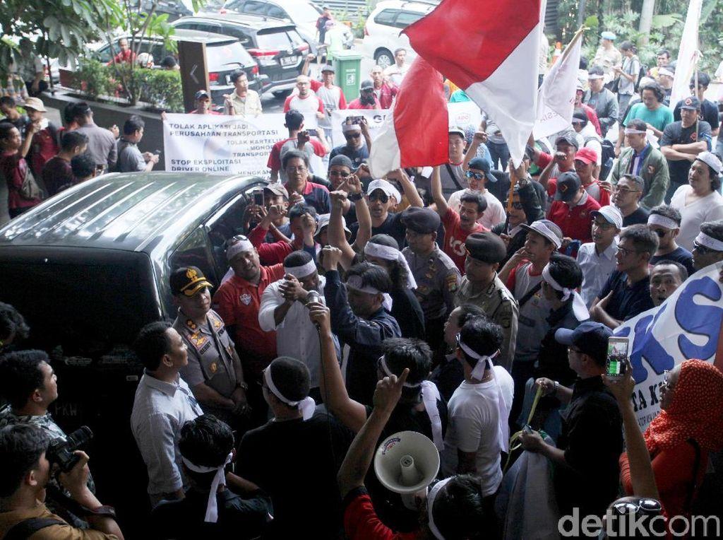 Tuntutan tersebut sama seperti tuntutan yang disampaikan mereka ketika berdemo di kantor Grab di Lippo Kuningan, Jakarta Selatan, Senin (10/9) lalu. Massa memprotes selama ini disebut sebagai mitra oleh Go-Jek maupun Grab tapi tidak pernah dilibatkan dalam pengambilan kebijakan, termasuk soal penentuan tarif.