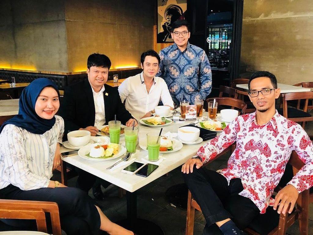 Bersama rekan-rekannya, Kriss makan siang bersama dengan soto khas Betawi lengkap dengan nasi putih, taburan bawang, serta emping renyah. Foto: Instagram @krisshatta07