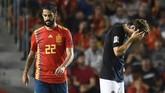 Isco mencetak gol penutup Spanyol di laga lawan Kroasia. Luka Modric tampak kecewa dengan hasil tersebut. (AFP PHOTO / JOSE JORDAN)
