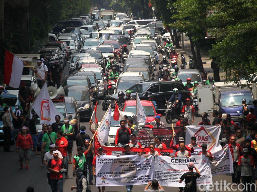 Para peserta demo bergerak menuju kantor Go-Jek untuk menyuarakan tuntutan-tuntutan mereka.