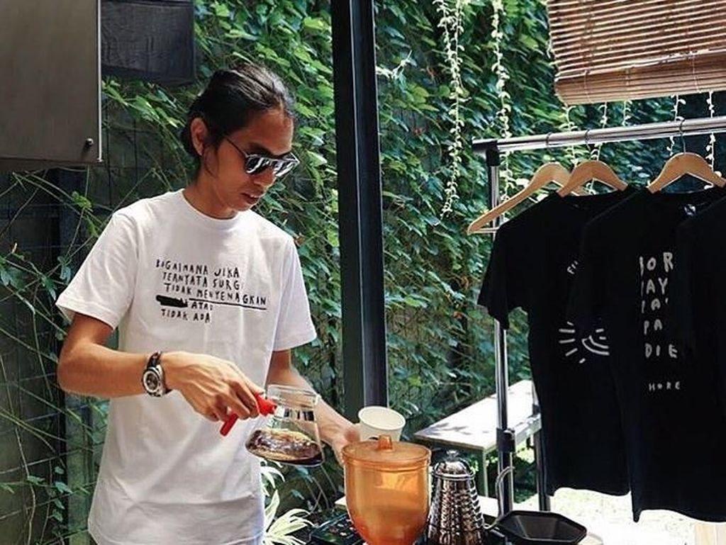 Begini nih gaya CEO Visinema Pictures yang kini berusia 33 tahun saat membuat secangkir kopi dengan teknik manual brewing. Ia terlihat sudah menyelesaikan semua tahapannya dan akan menuangkan hasil seduhan kopinya ke dalam cangkir. Foto: Instagram anggasasongko