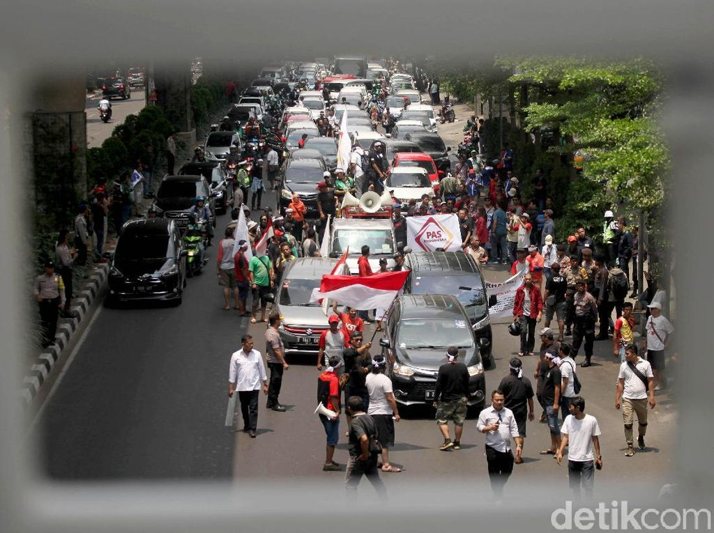 Lalu lintas di Jalan Iskandarsyah Raya arah Senayan pun macet.