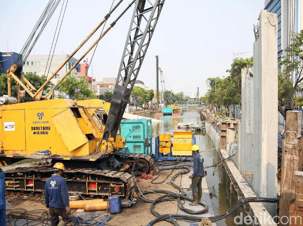 Beberapa alat berat pun terlihat di dalam area proyek pengerjaan revitalisasi Sungai Ciliwung.