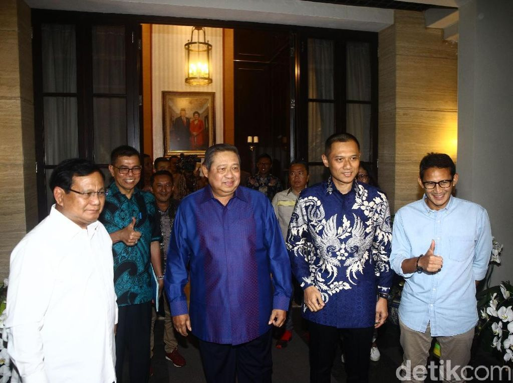 Pasangan Prabowo-Sandi juga sempat berfoto bersama SBY dan AHY.