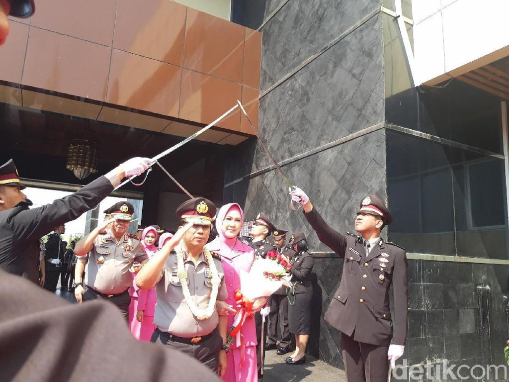 Pasukan pedang pora turut menyambut langkah Machfud melanjutkan prosesi demi proses/Foto: Hilda Meilisa Rinanda