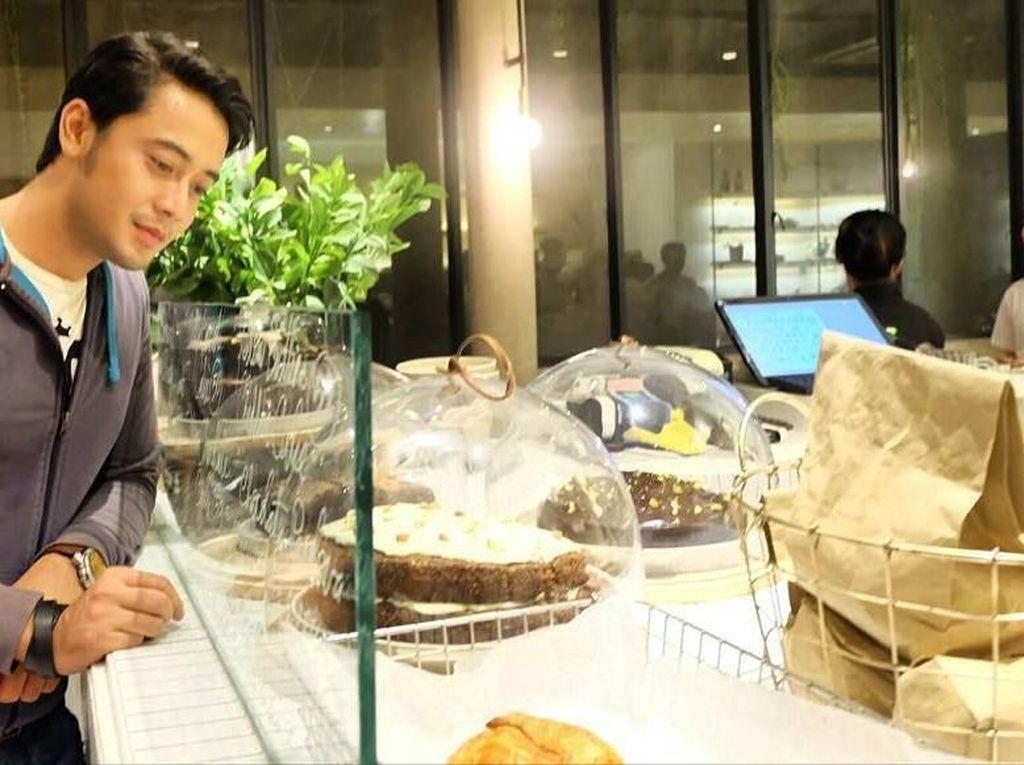 Punya wajah yang kalem, ternyata Kriss suka dengan kue-kue manis. Terutama cake cokelat yang tengah ditatapnya di foto ini. Foto: Instagram @krisshatta07