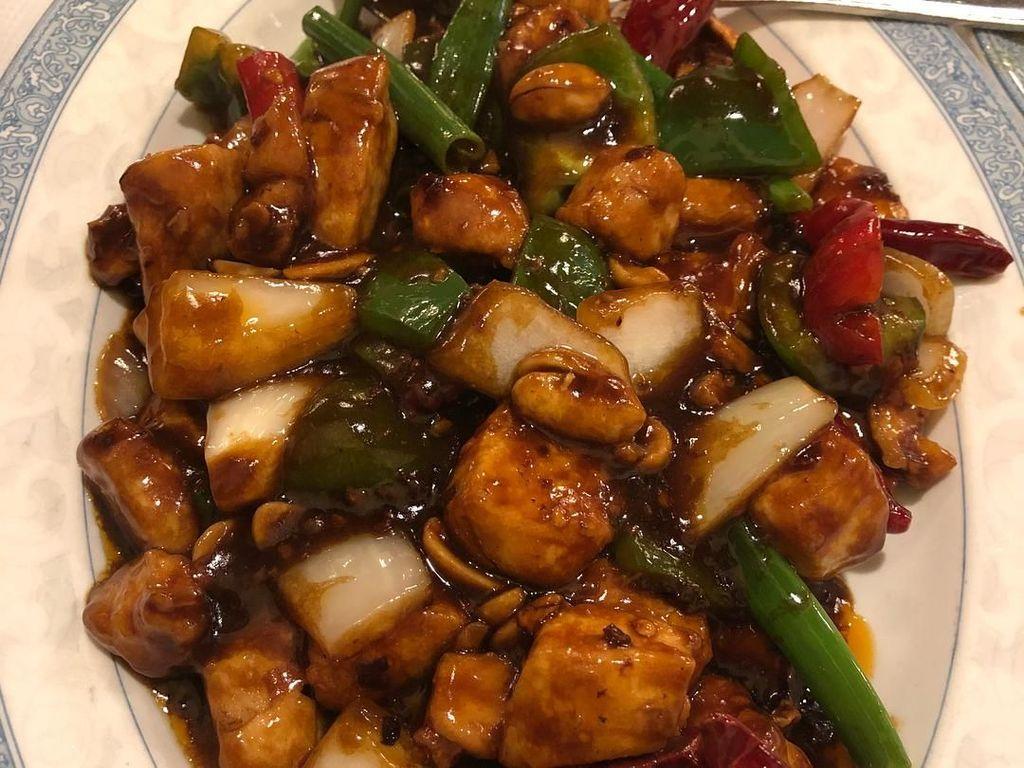 Potongan bawang daun, bawang bombai, dan cabe emrah menambah citarasa Kung Pao Chicken semakin gurih dan lezat. Foto: Instagram @maggiemae34.