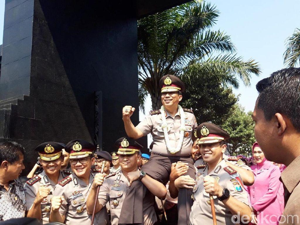 Machfud juga sempat digendong para anggota Brimob untuk naik ke kereta kencana/Foto: Hilda Meilisa Rinanda