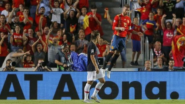 Salah satu gol Spanyol di babak kedua dicetak oleh Sergio Ramos lewat sundulan kepala memanfaatkan sepak pojok. (REUTERS/Heino Kalis)