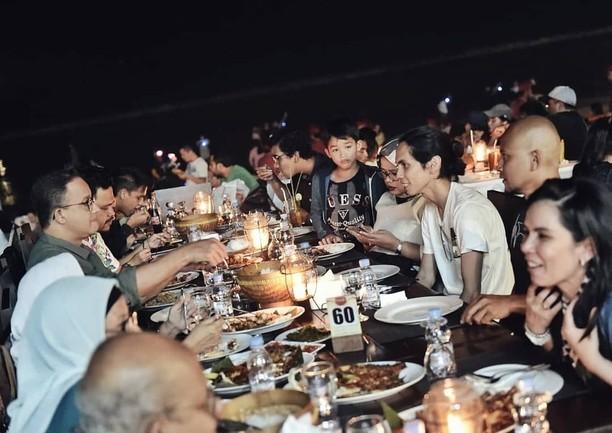 Serunya Sutradara Wiro Sableng, Angga Dwimas Sasongko Saat Kulineran dan Masak