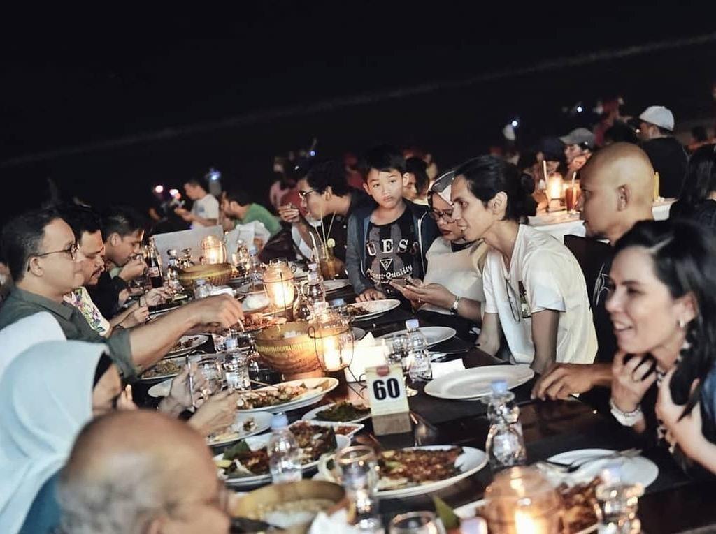 Ini dia suasana makan malam peraih predikat sutradara terbaik dalam Piala Citra 2010 saat ia menyutradarai film Hari Untuk Amanda bersama Gubernur DKI Jakarta, Anies Baswedan dan istrinya. Foto: Instagram anggasasongko