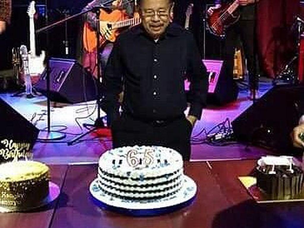 Pria yang akrab disapa Bang Karni ini tengah merayakan ulang tahun ke 65. Ada tiga kue tart yang memeriahkan momen ini. Selamat Ulang Tahun! Foto: instagram & twitter Karni Ilyas