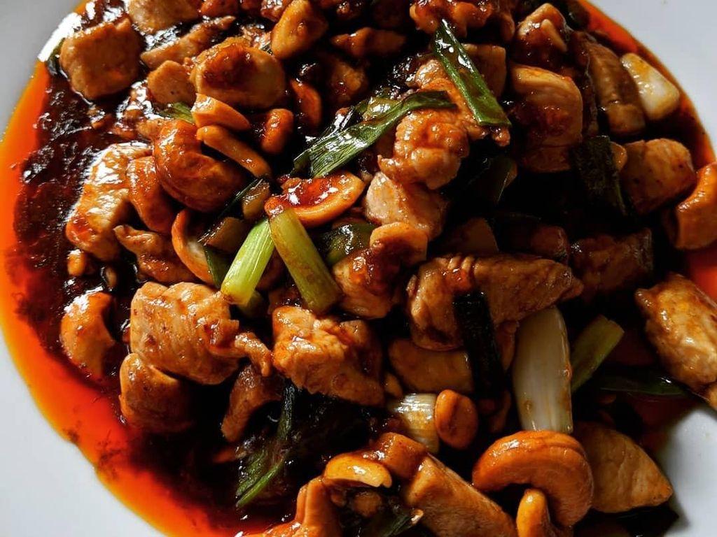 Kalau Kungpao Chicken buatan @misakii1717 ini cocok untuk penggemar pedas, karena menambahkan gerusan cabe merah di dalam saus tumisan.