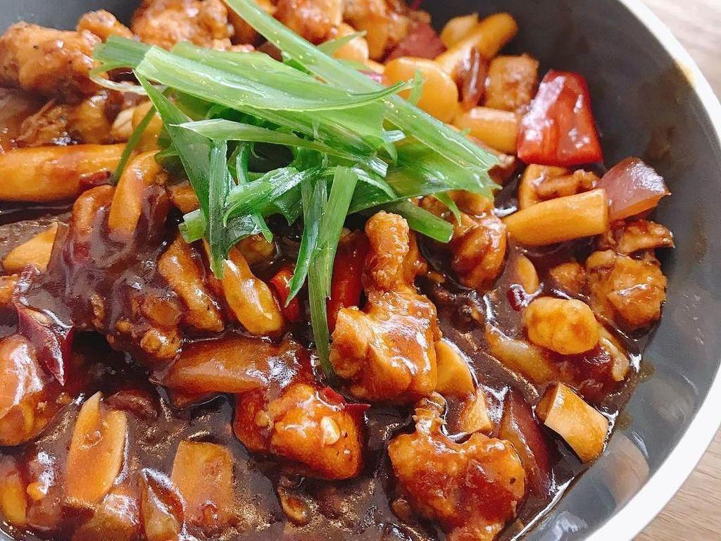 Di China, Kung Pao Chicken ditumis menggunakan saus Szechuan yang pedas dan kaya rempah. Salah satunya dengan menggunakan tamari, cabe Sichuan dan bawang putih. Foto: Instagram @bigbearsbinxter.