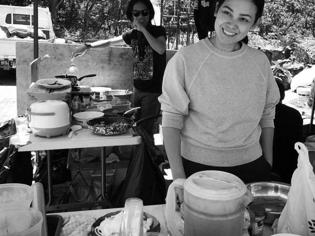 Siapa bilang syuting itu gak bisa sambil piknik? Produser @lalatimothy sama saya lagi masak buat manteman kru film yang lagi mengerubungi tenda dapur, tulis pembuat video klip lagu Jadi Gila milik RAN itu. Foto: Instagram anggasasongko