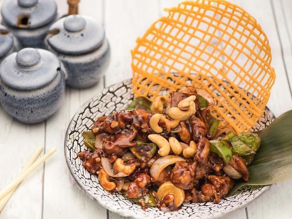 Agar bumbu meresap hingga ke bagian daging ayam, kuah tumisan bisa dibuat hingga lebih kental. Baru setelah itu ditaburkan kacang mete untuk menambah rasa gurih. Foto: Instagram @wickedchina.