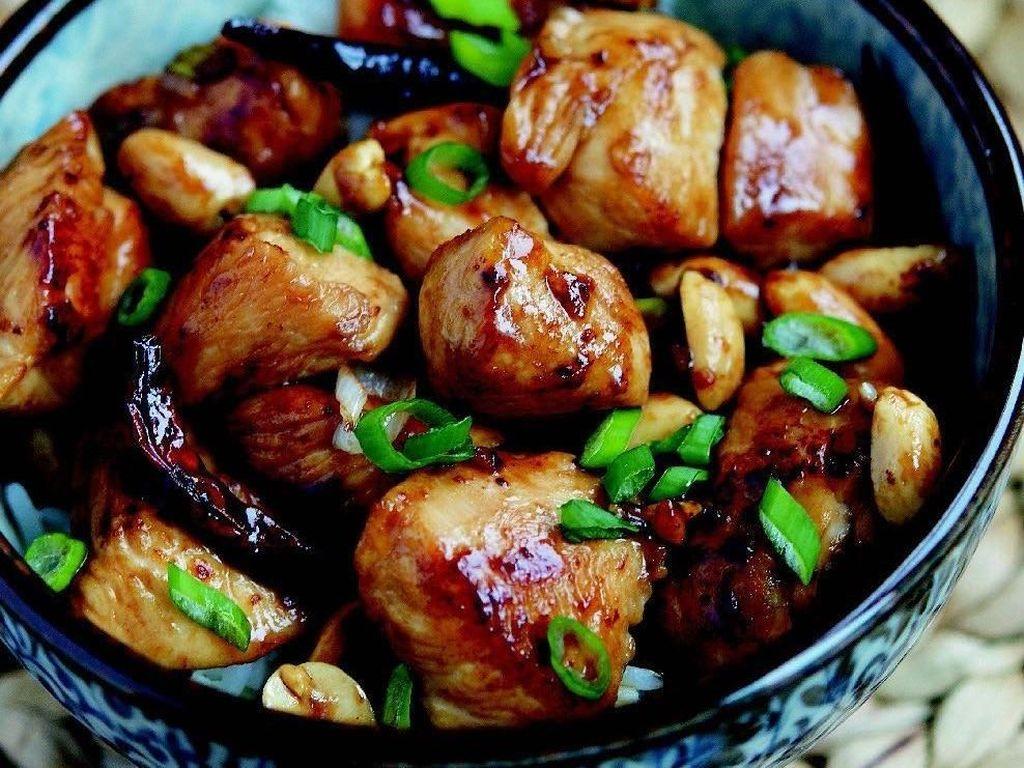 Salah satu hidangan populer dari China ini, punya rasa yang pedas dan gurih. Selain cabe merah, irisan bawang daun yang masih segar bisa menambah rasa. Foto: Instagram @healthmeals4you.