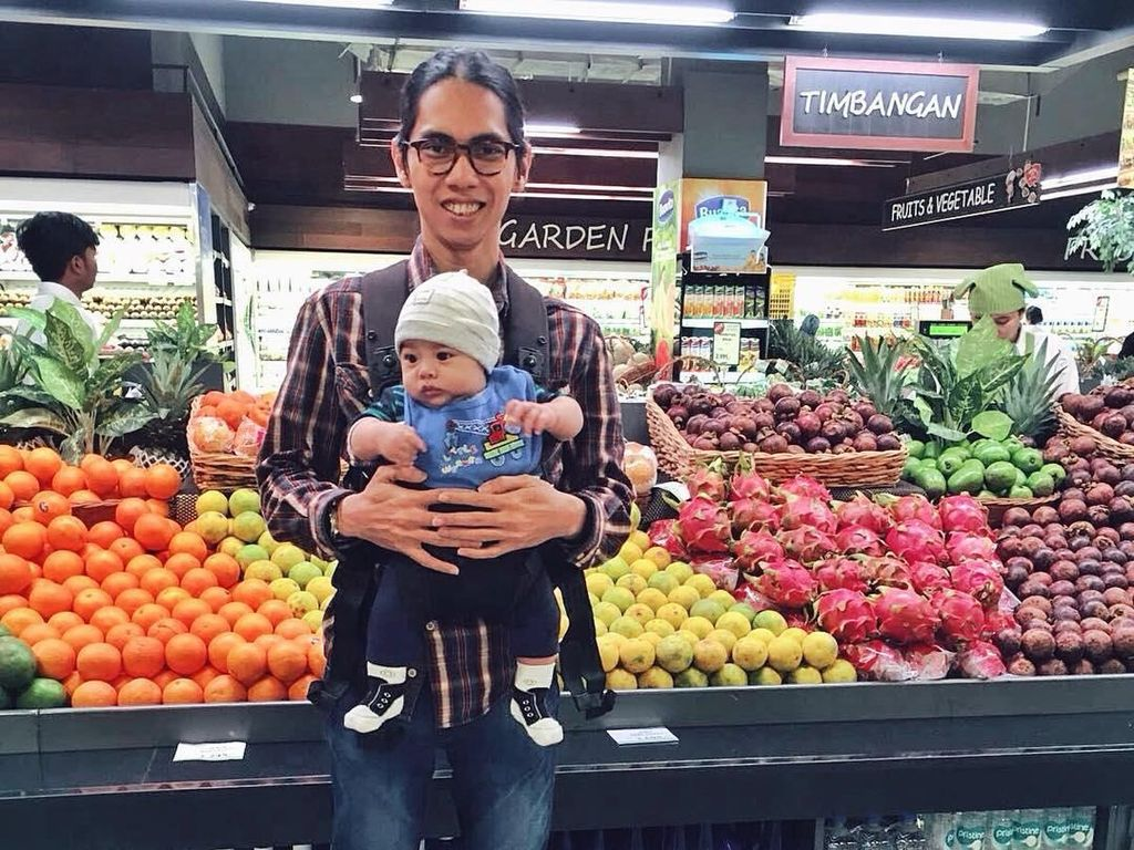 Wah, kali ini Angkasa Rigel diajak ke supermarket. Groceries time with baby T-Rex!, tulis sutradara Hari Untuk Amanda itu. Foto: Instagram anggasasongko