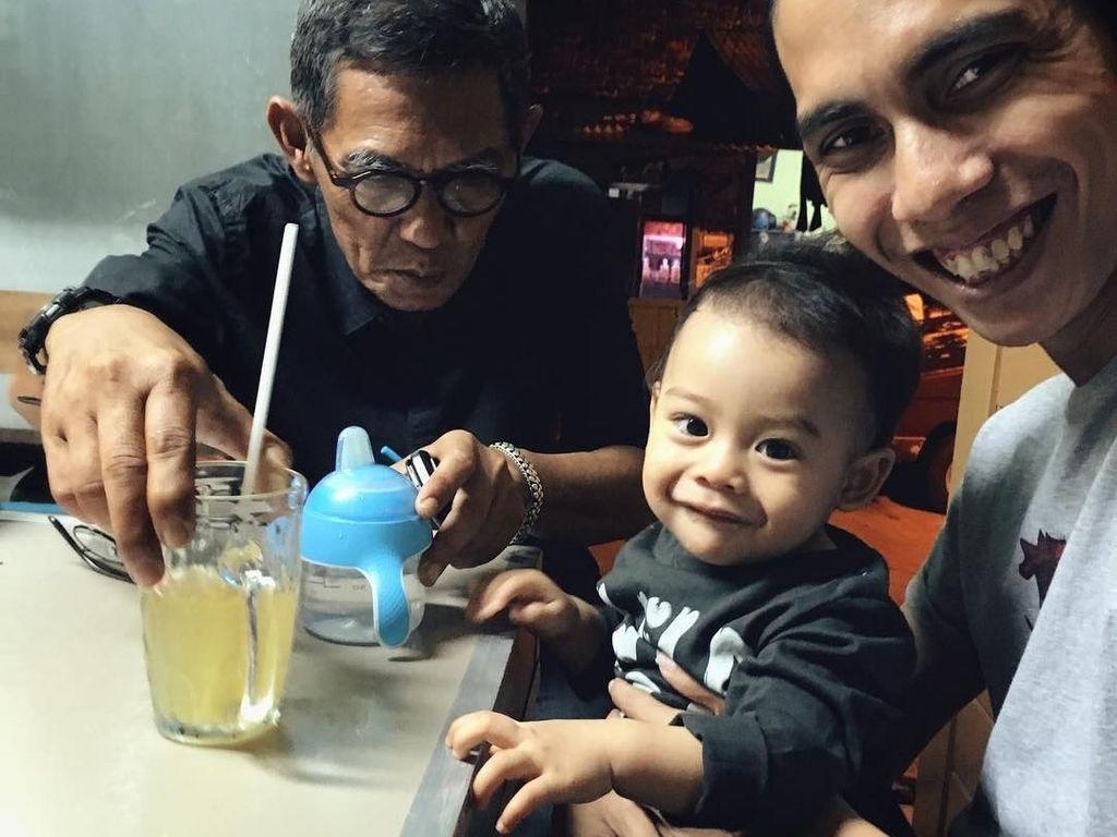 Pria yang lahir pada 11 Januari 1985 ini kerap membawa anaknya hang out. 3 generasi, 1 hobi. Nongkrong di warung pengkolan jalan, tulisnya. Foto: Instagram anggasasongko