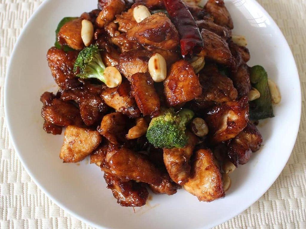 Agar Kung Pao Chicken lebih sehat, bisa ditambahkan sayuran brokoli. Selain lebih sehat, paduan rasa brokoli dan daging ayam juga tak kalah enak. Foto: Instagram rutuparna_hota.